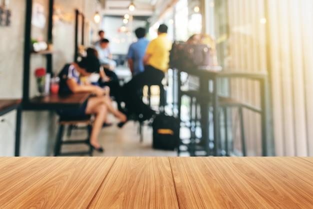 Houten en wazige beelden van groepszakenlieden die, binnen de koffiewinkel samenkomen.