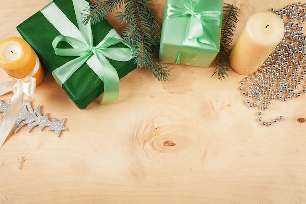 Houten exemplaar als achtergrond met kerstmisgiften en decoratie voor uw ontwerp