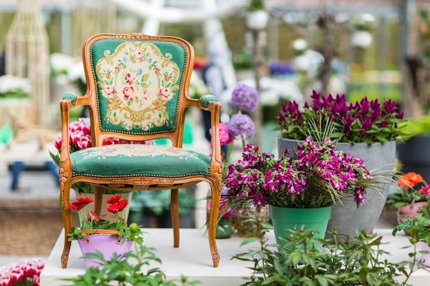 Houten fauteuil met stoffen bekleding en bloemen