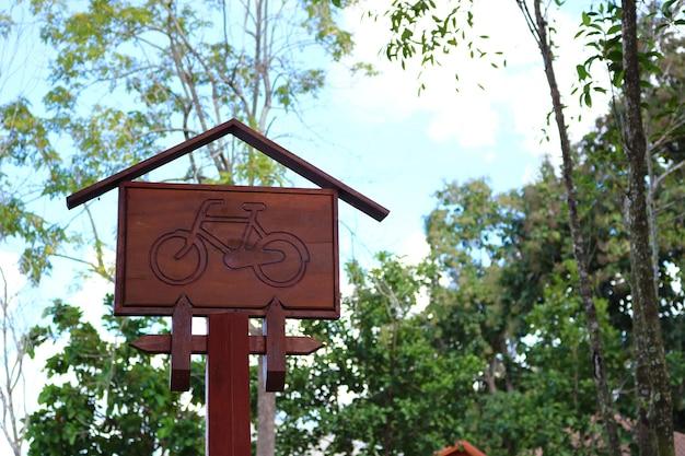 Houten fietsteken in het park