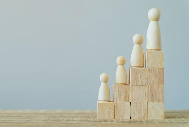 Houten figuren staan op houten stapel