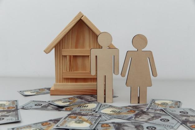 Houten figuren van gezin met huis