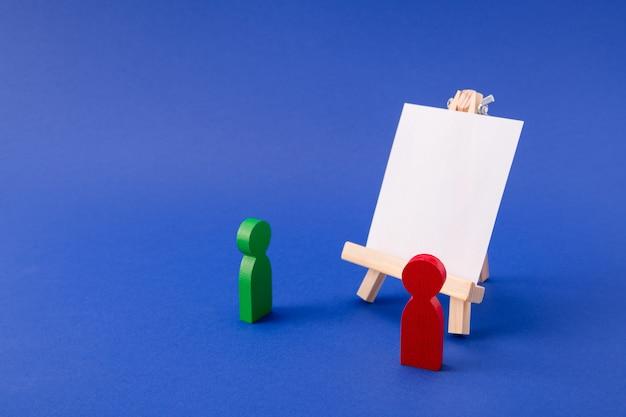 Houten figuren van leerling student luisteren naar professor lege ruimte bord