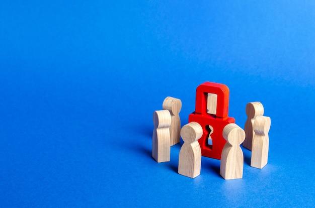 Houten figuren van mensen omringen rood hangslot concept van bescherming van persoonlijke gegevens handelsgeheimen