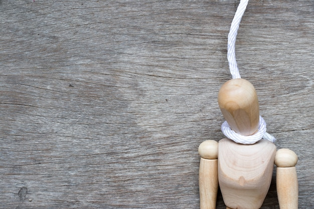 Houten figuur met het touw in de vorm van een strop