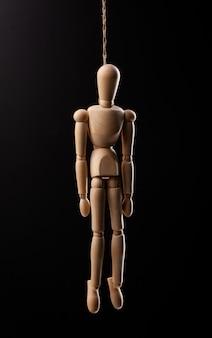 Houten figuur opgehangen met een touw geïsoleerd