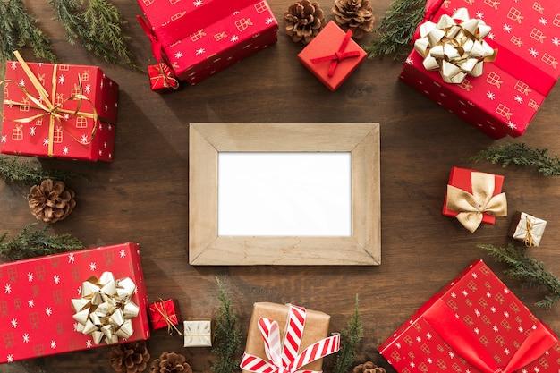 Houten frame met heldere geschenkdozen op tafel