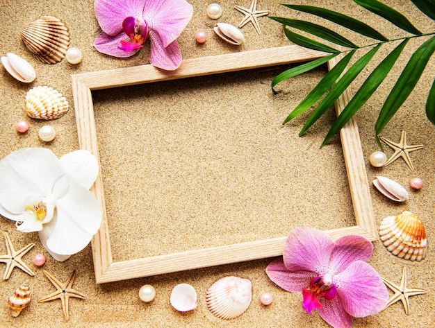 Houten frame met orchideeën en schelpen