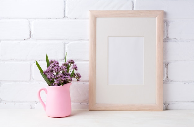Houten frame met paarse bloemen in roze kruik