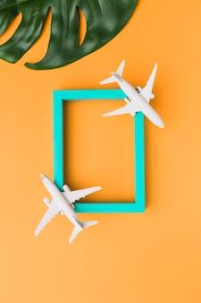 Houten frame met speelgoedvliegtuigen