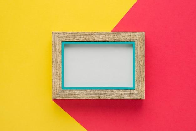 Houten frame met tweekleurige achtergrond