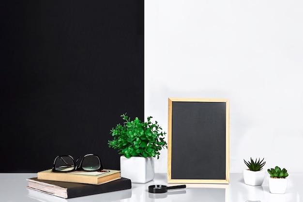 Houten frame met zwarte plek voor tekst mock up stijlvolle kamer interieur groene plant in een witte pot op b...