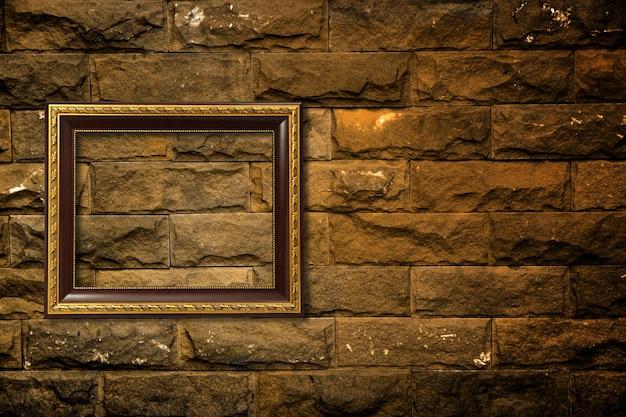 Houten frame op bakstenen muur