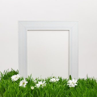 Houten frame op groen natuurlijk gras. lente gevoel. paasvakantie concept. kopieer ruimte.