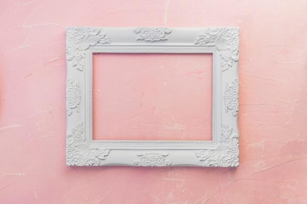Houten frame op roze tafel