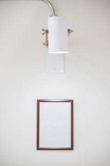 Houten frame op witte muur