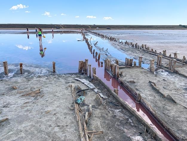 Houten frame uit de zoutmijnindustrie roze zoutmeer