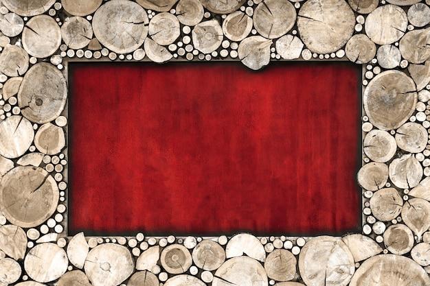 Houten frame van gezaagd hout bruin kleur op een rode achtergrond.