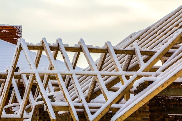 Houten frame van het dak tijdens bouwwerkzaamheden aan een nieuw huis