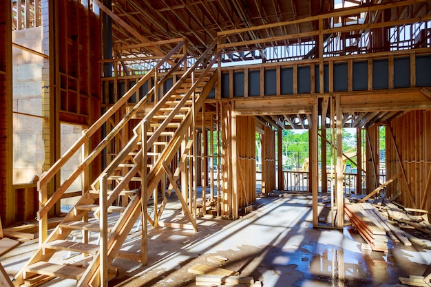 Houten frame van huis onder balkconstructie