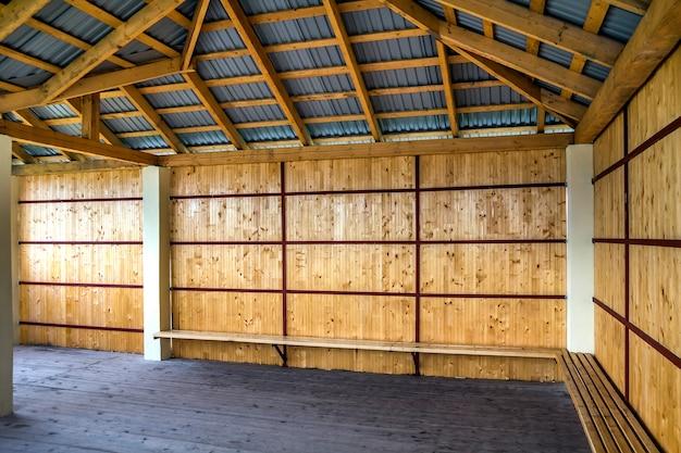 Houten frame van nieuw dak van binnenuit