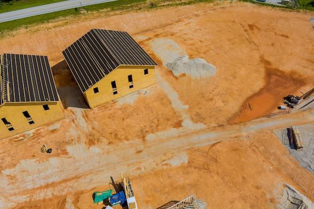 Houten frame van woonhuis uitzicht op een grote bouwplaats