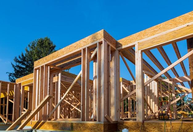 Houten frame werk van nieuw woonhuis in aanbouw.