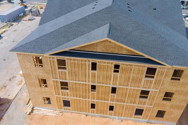 Houten frameconstructie op een nieuwe ontwikkelingsframe van een nieuw huis in aanbouw