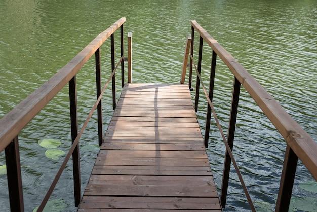Houten gangpad op het meer