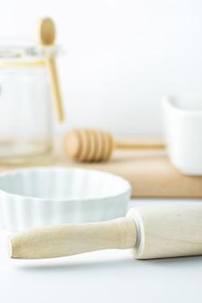 Houten gebruiksvoorwerpen op wit tafelblad.
