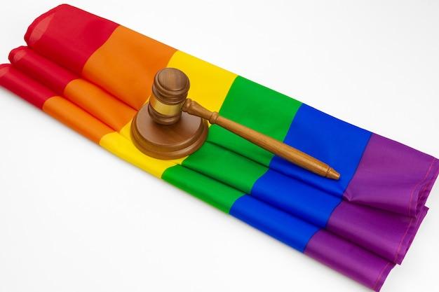Houten geïsoleerde rechterhamer en lgbt regenboogvlag. wet en lgbt