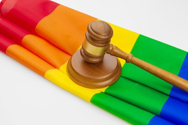 Houten geïsoleerde rechterhamer en lgbt regenboogvlag