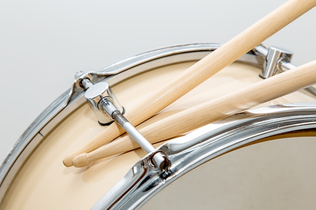 Houten geïsoleerde stroptrommel en drumsticks