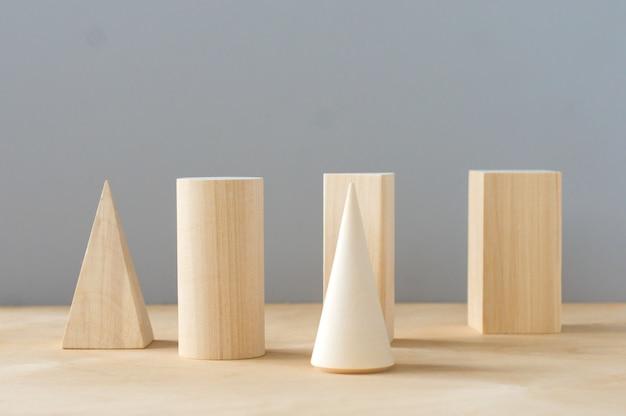 Houten geometrische vormen op een grijze achtergrond met kopieerruimte. voorschools leren.