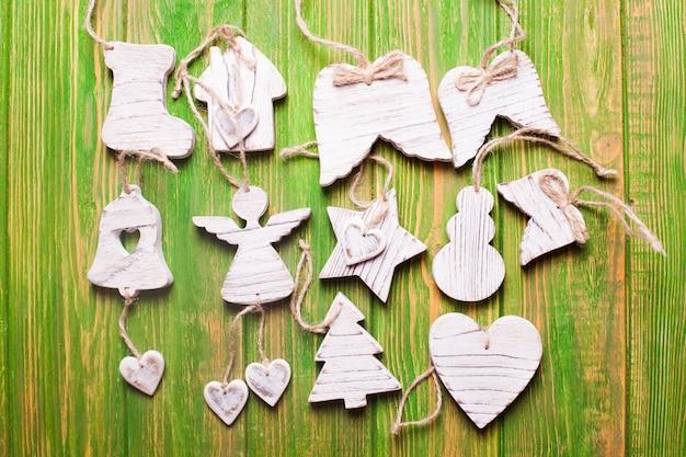 Houten gesneden kerstspeelgoed, witte shabby chique stijl op groen
