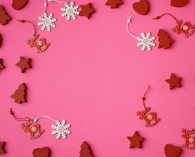 Houten gesneden kerstversiering op roze achtergrond