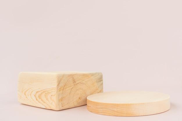 Houten geweven vierkante en ronde podia op een lichte achtergrond.