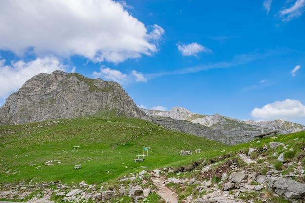 Houten gezellige banken staan op de helling van een pittoreske berg