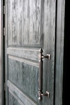 Houten groene deur met metalen handvat