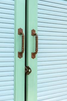 Houten groene deur vintage huis is ontgrendeld.
