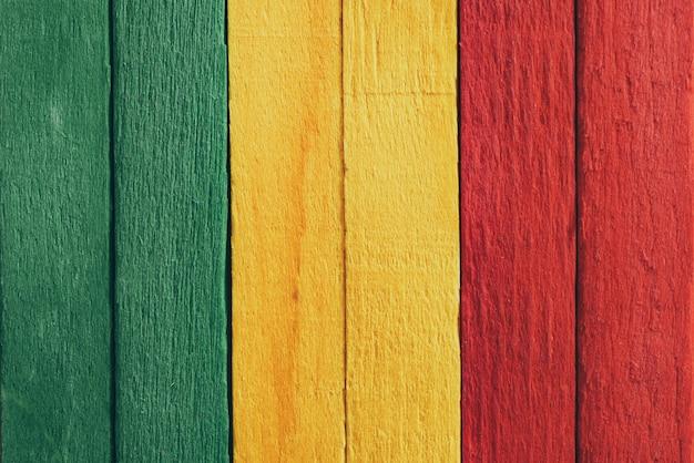 Houten groene, gele, rode oude retro uitstekende stijl als achtergrond, de vlag van rastareggae