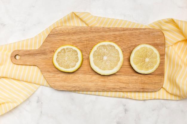 Houten hakbord met gesneden citroenen