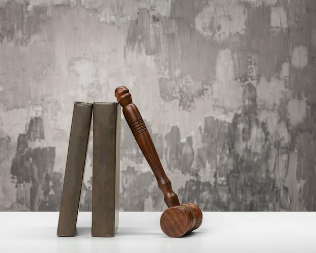 Houten hamer en boeken op houten tafel