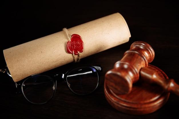 Houten hamer en glazen dichtbij testament en testament. notaris tools close-up.