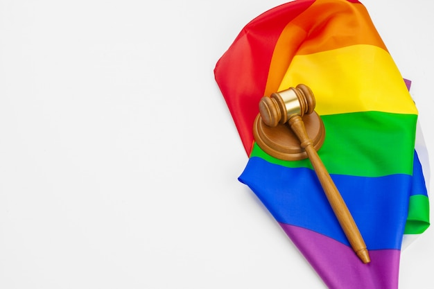 Houten hamer en lgbt geïsoleerde regenboogvlag. wet en lgbt