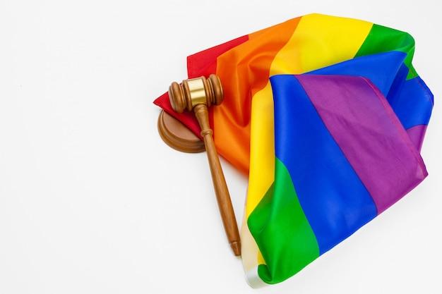 Houten hamer en lgbt geïsoleerde regenboogvlag
