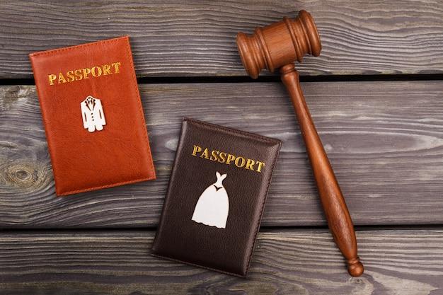 Houten hamer en paspoorten op het bureau. huwelijkscontract concept. bovenaanzicht plat lag.