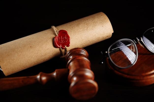 Houten hamer en testament en testament. notaris tools close-up.