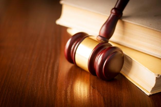 Houten hamer in een rechtszaal