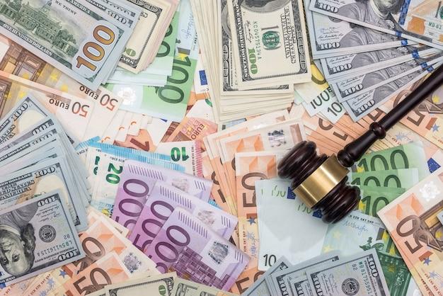 Houten hamer op dollar en eurobankbiljetten